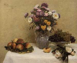 bianco rose , crisantemi in un vaso , Pesche e luva su un tavolo con una tovaglia bianca