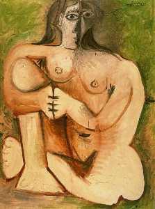 Mujer desnuda en cuclillas delante de un fondo verde
