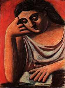 Femme assise devant un livre