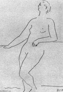 Mujer desnuda de pie apoyándose