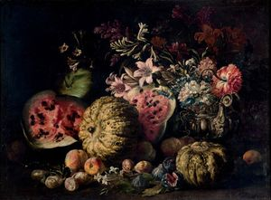 Zucche, angurie, pere, fichi, altri frutti e fiori in un vaso di peltro su un piano