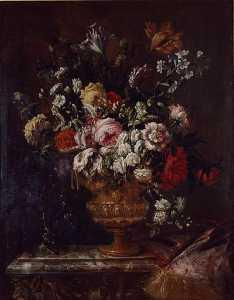Vase de fleurs sur une table de marbre